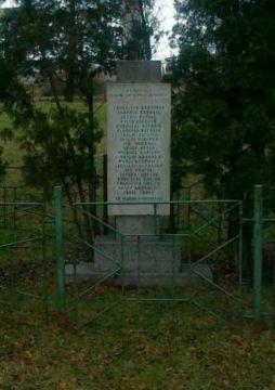 Druhý, velký pomník Reitknechtka, zakrytý TOI TOI